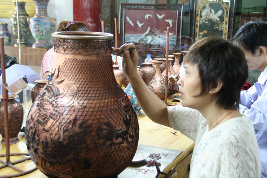 Artesanos haciendo jarrones de cloisonné artesanalmente