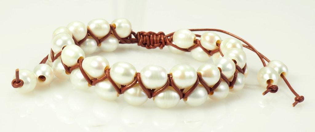 8f685f1e5d22 Pulsera de perlas y cuero vintage