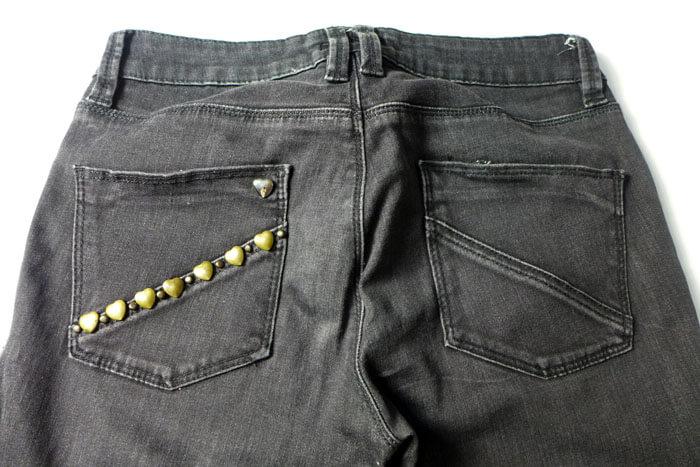 Jeans pitillos con tachuelas de corazones