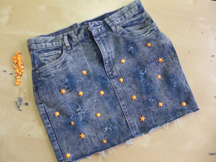 3af02cd4c DIY Falda Vaquera con rotos y tachuelas | DIY Ripped Jeans with ...