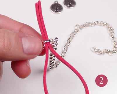 Paso 2 - Introducimos las puntas por el eslabón de la cadena