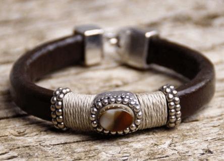 dd9d9614b9ff Si quieres hacerte una pulsera étnica simplemente combina distintos estilos  de anillas metálicas o de zamak con piedras naturales.