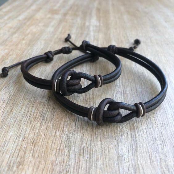 fa19d96672eb Las pulseras de cuero con nudos son las más clásicas